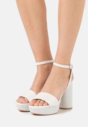 Sandály na platformě - nupcial superdunkeld