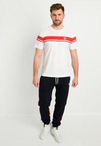 sergio tacchini - YOUNG LINE PRO T-SHIRT - T-shirt imprimé - wht/red - 1