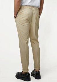 Tigha - CORNELIO - Trousers - vintage sand - 2