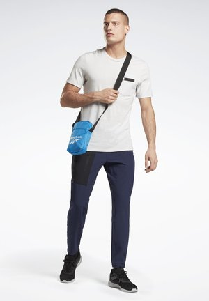 TRAINING ESSENTIALS CITY BAG - Across body bag - blue