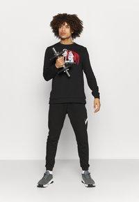 Nike Performance - STORY CREW - Sweatshirt - black - 1