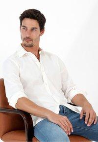 Scalpers - PLAIN - Shirt - off white - 3