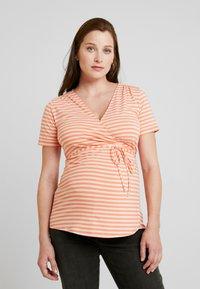 Queen Mum - NURS MIAMI - Print T-shirt - emberglow - 0