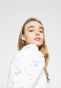 Missguided - FLORAL BRODERIE PUFF SLEEVE MINI DRESS - Kjole - white - 5