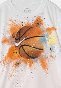 Nike Sportswear - SPORTSBALL SET - Print T-shirt - atomic orange - 3
