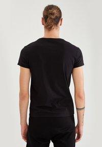 DeFacto Fit - MUSCLE FIT - T-shirt - bas - black - 2