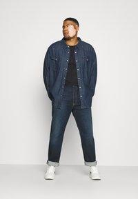 Levi's® Plus - BIG ORIGINAL - T-shirt - bas - mineral black - 1