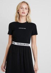 Calvin Klein Jeans - LOGO SLIM TEE - T-shirt z nadrukiem - black - 0