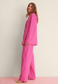 NA-KD - SUIT PANTS - Broek - pink - 3