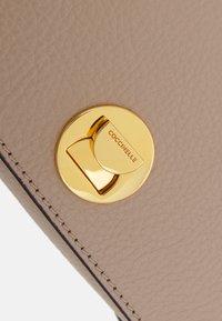 Coccinelle - LIYA - Taška spříčným popruhem - beige - 5