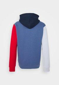 adidas Originals - BLOCKED UNISEX - Jersey con capucha - crew blue/halo/scarlet - 7