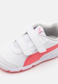 Puma - STEPFLEEX 2 UNISEX - Sportschoenen - white/sun kissed coral - 5