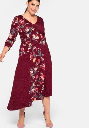 Maxi dress - rubinrot bedruckt