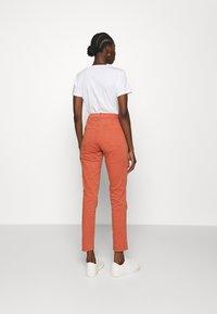 Banana Republic - SLOAN UTILITY  - Pantalones chinos - copper clay - 2