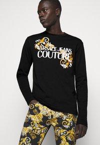 Versace Jeans Couture - LOGO - T-shirt à manches longues - black/white/gold - 3