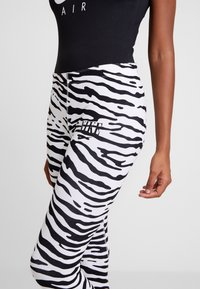 Nike Sportswear - Leggings - Trousers - white/black - 4