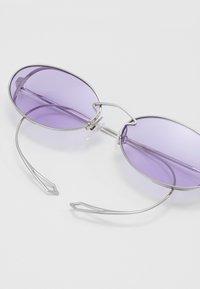 McQ Alexander McQueen - Lunettes de soleil - silver-coloured/violet - 2