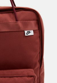 Nike Sportswear - TANJUN UNISEX - Tagesrucksack - claystone red/claystone red/black - 3