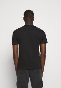 Calvin Klein - CENTER LOGO 2 PACK - Jednoduché triko - black/tawny port - 2