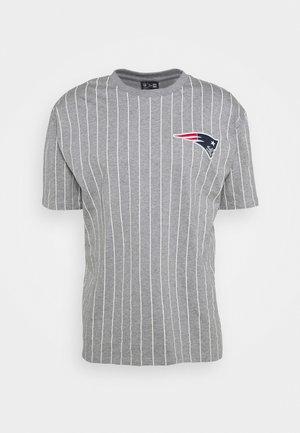 NEW ENGLAND PATRIOTS NFL PINSTRIPE LEFT LOGO TEE - Klubbkläder - heather grey