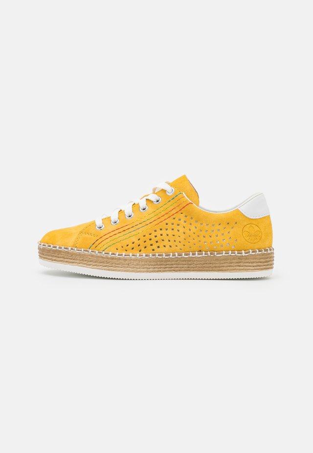 Chaussures à lacets - gelb