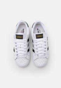 adidas Originals - BASKET PROFI LO UNISEX - Sneakers laag - footwear white/core black/gold metallic - 3