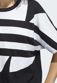 adidas Originals - LARGE LOGO T-SHIRT - Print T-shirt - black - 6