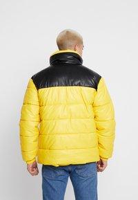 Karl Kani - RETRO BLOCK PUFFER JACKET - Zimní bunda - yellow/black - 2