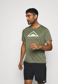 Nike Performance - RISE TRAIL - Camiseta estampada - medium olive/barely volt - 0