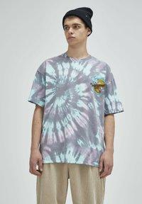 PULL&BEAR - TIE-DYE SIMPSONS - Print T-shirt - grey - 0