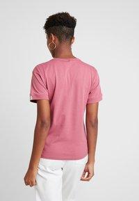 adidas Originals - RETRO LOGO TEE - T-shirt med print - trace maroon - 2