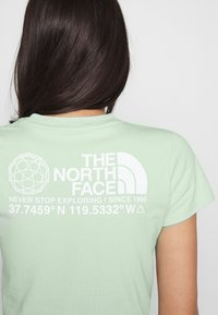 The North Face - COORDINATES TEE - T-shirts med print - green mist - 4