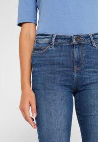 Esprit - LIEBLINGS GESCHNITTENE  - Slim fit jeans - blue medium washed - 4