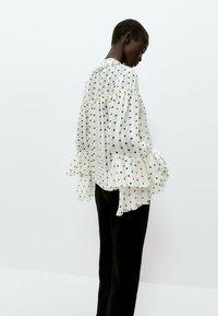 Uterqüe - MIT LAMÉFÄDEN - Button-down blouse - beige - 4
