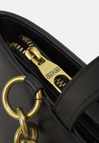 Versace Jeans Couture - CHARMS SMOOTH - Handbag - nero - 4