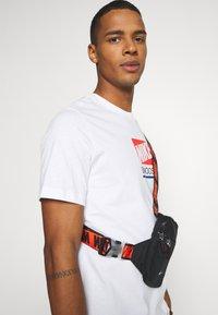 Nike Sportswear - Print T-shirt - white - 3