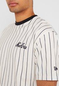 New Era - NEW ERA PINSTRIPE OVERSIZED TEE - Print T-shirt - off white/navy - 4