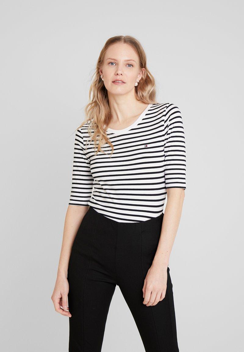 Tommy Hilfiger - ESSENTIAL - Print T-shirt - black/white