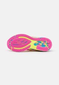 ASICS - GEL-NOOSA TRI 12 - Scarpe running da competizione - pink glo/safety yellow - 4