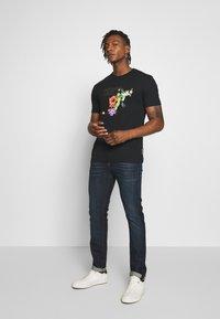 Versace Jeans Couture - FLORAL RAT LOGO - T-shirt print - black - 1