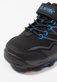 Hi-Tec - BLACKOUT LOW - Trekingové boty - black/blue - 2