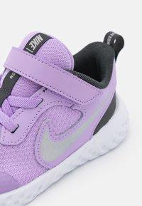 Nike Performance - REVOLUTION 5 UNISEX - Scarpe running neutre - lilac/metallic silver/dark smoke grey/white - 5