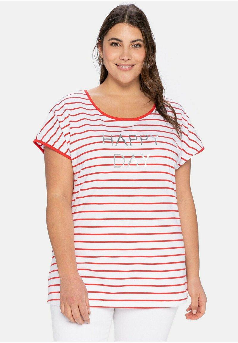 Sheego - Print T-shirt - karminrot-weiß