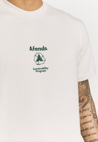 Afends - UNISEX SUBSTAINBILITY PROGRAMM TEE - T-shirt z nadrukiem - moonbeam - 6
