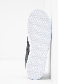 adidas Originals - GAZELLE - Trainers - carbon/footwear white - 5