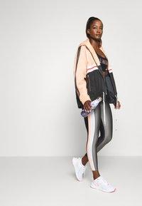 P.E Nation - SIDE RUNNER LEGGING - Leggings - gryd - 1