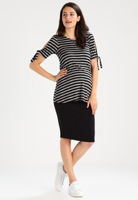 New Look Maternity - Falda de tubo - black - 1