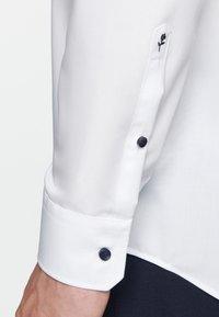 Seidensticker - REGULAR FIT - Formal shirt - white - 4