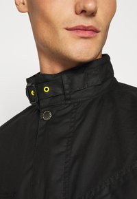 Barbour International - SLIM INTERNATIONAL WAX JACKET - Lehká bunda - black - 7