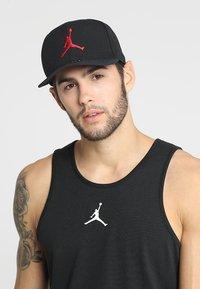 Jordan - Keps - black/gym red - 1